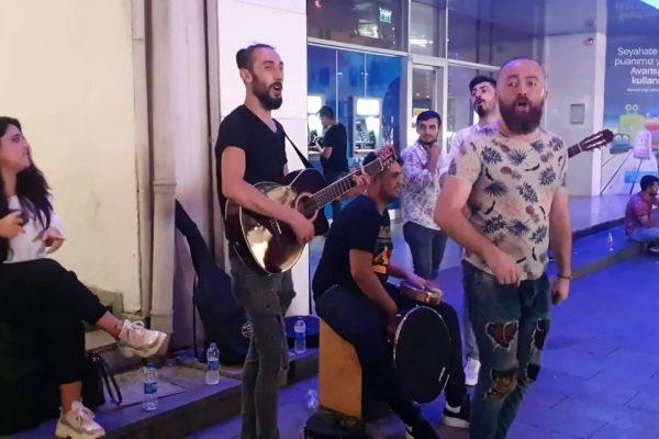 Yürüyorum Sana Doğru – Cennet böyle güzel olamaz sözleri – Grup Orfe07 – Sokak Müzisyenleri